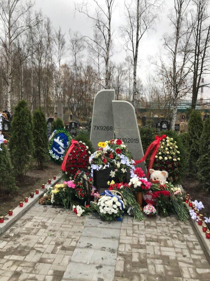 Мемориал «Сложенные крылья», посвященный погибшим в авиакатастрофе над Синаем, открыли на Серафимовском кладбище в Санкт-Петербурге.