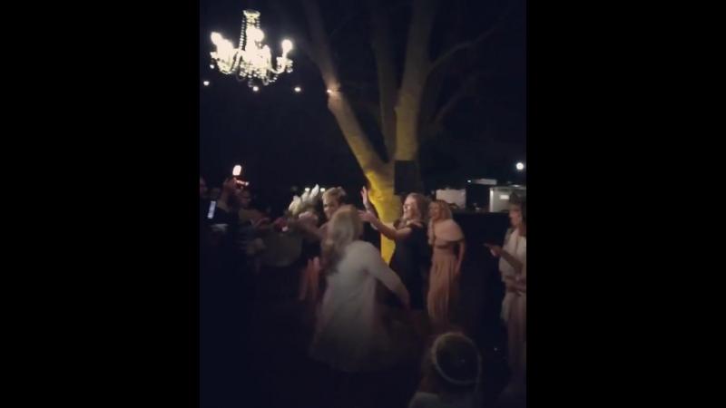 Кэти Перри поймала букет невесты