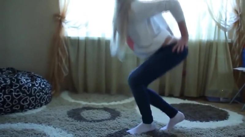 Молоденькая_Блондинка__в_беленьких_трусиках_танцует_стриптиз_