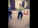 кавказский мальчик танцует