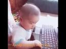 внук играет ноутбук