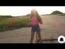 Летние жаркие танцы красивой школьницы в коротких шортиках