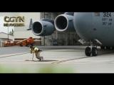 Экстремальный спортсмен Марк Кирш прибыл на базу ВВС США в Чарльстоне, чтобы сдвинуть с места военно-транспортный самолет C-17