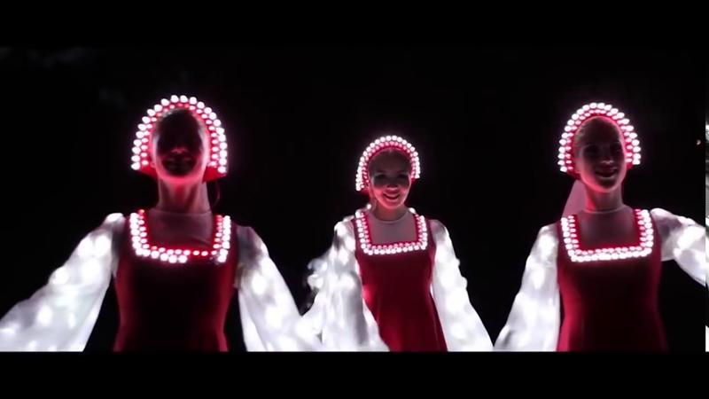 Rosyjski taniec ludowy w świecących sukniach.