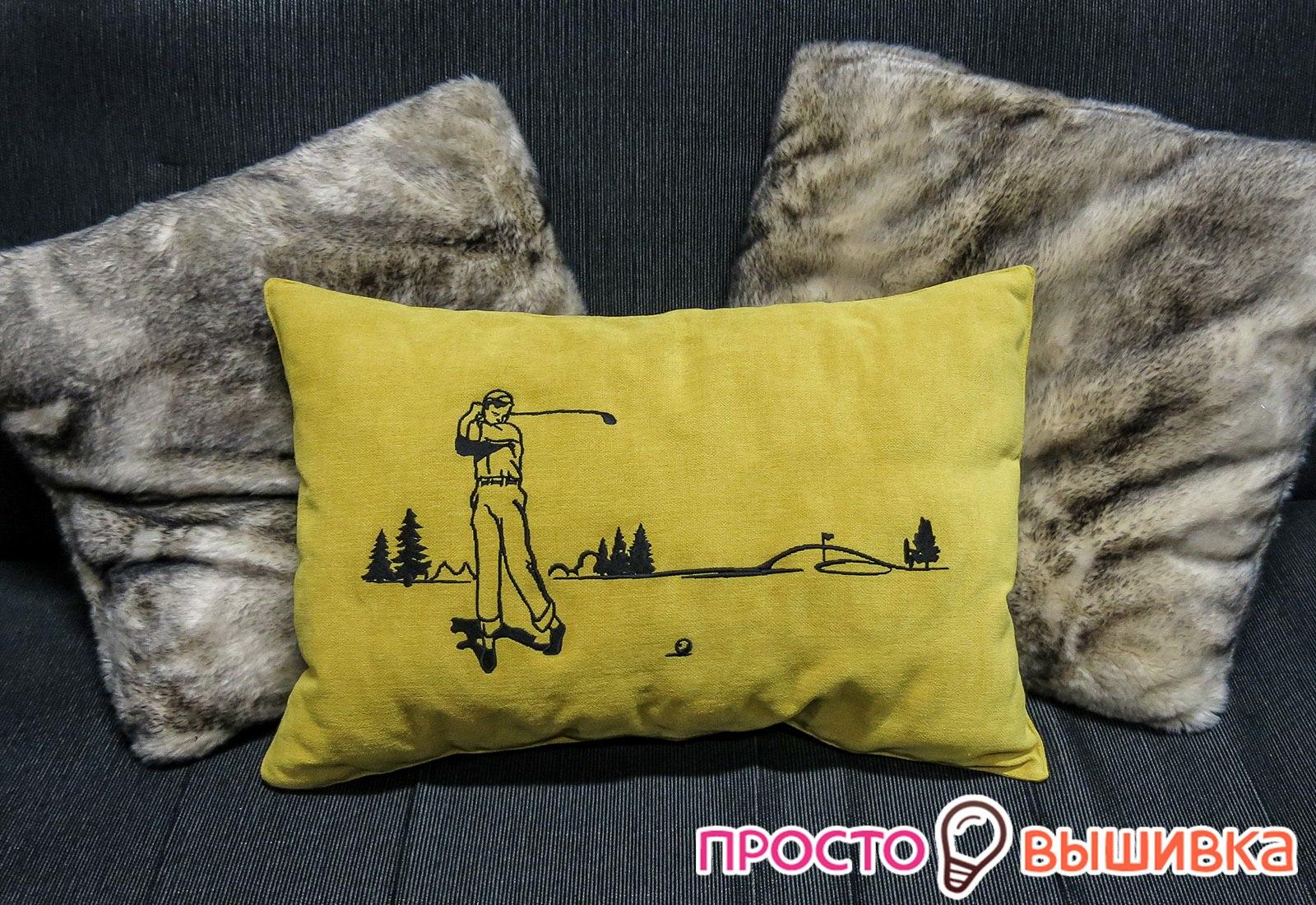 Вышитая подушка на диване