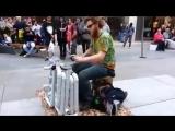Уличный музыкант играет на невероятном самодельном инструменте