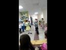 На занятиях по подготовке к школе дети поздравляют с 8 марта