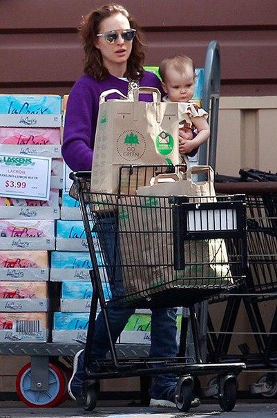 Поклонники в шоке: Натали Портман одела годовалую дочь не по погоде