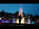 Анар Юсифов у фонтана