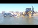 КУДА ПРИВОДЯТ ПОНТЫ.Трактор достал машины из пучины морской