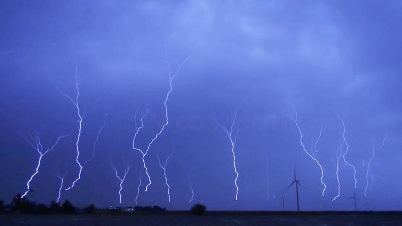 Охотник за торнадо запечатлел удар ЧЕТЫРНАДЦАТИ восходящих молний одновременно (США, 25 июня 2018).