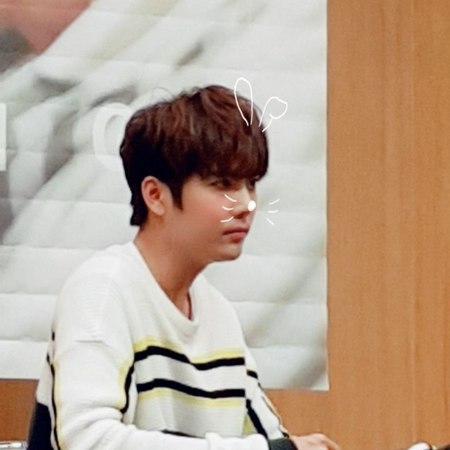 """2시24분 on Instagram 180421 당산팬싸인회 프리뷰찍기 힘들어서 올리는 폰카귤ㅋㅋ 오빠가 머리띠를 쓰지않는다면 어플로 씌우겠다 김규종 kimkyujong 너란계절 @jdream kyujong"""""""