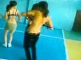 Казашки танцуют в спортивном зале в школе
