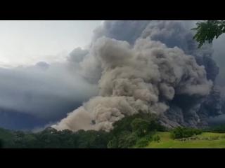 Власти Гватемалы объявили красный уровень тревоги из-за извержения вулкана Фуэго
