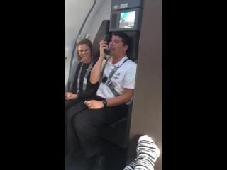Стюард рассказал о безопасности в самолёте голосами героев мультсериала «Весёлые мелодии»
