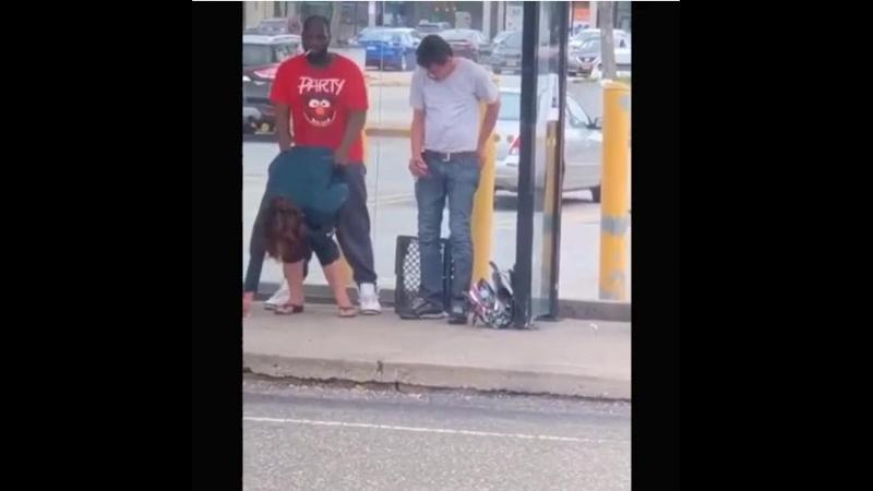 Nigger vergewaltigt auf offener Straße