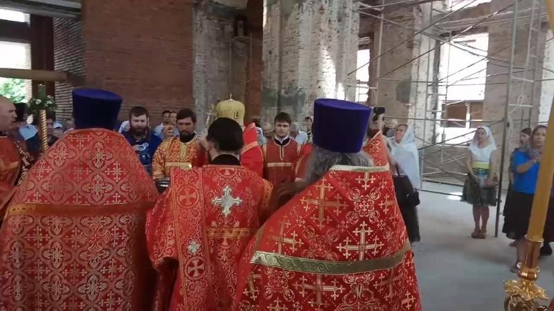 Епископ Георгий кропит святой водой после Евангелия. Часть 3