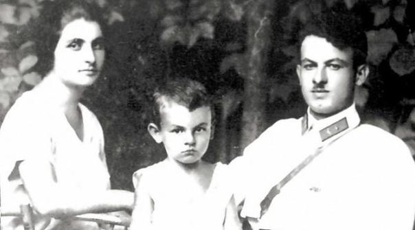 читаем. булат окуджава. «девушка моей мечты»(в сокращении) в 1938 году мать булата окуджавы, ашхен степановна, была арестована и сослана в карлаг. ее муж шалва степанович, отец булата, к тому времени уже был расстрелян. этот рассказ булата шалвовича
