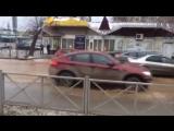 На улице Луначарского прорвало трубу, вздулся асфальт.