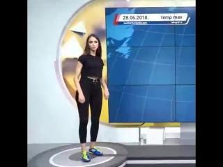Сара Дамьянович работает ведущей прогноза погоды на сербском телевидении во время репортаж