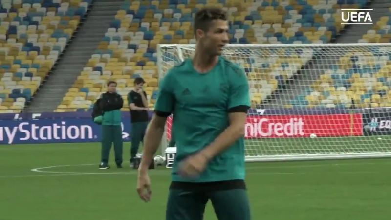 Роналду извинился перед оператором , в которого случайно попал мячом