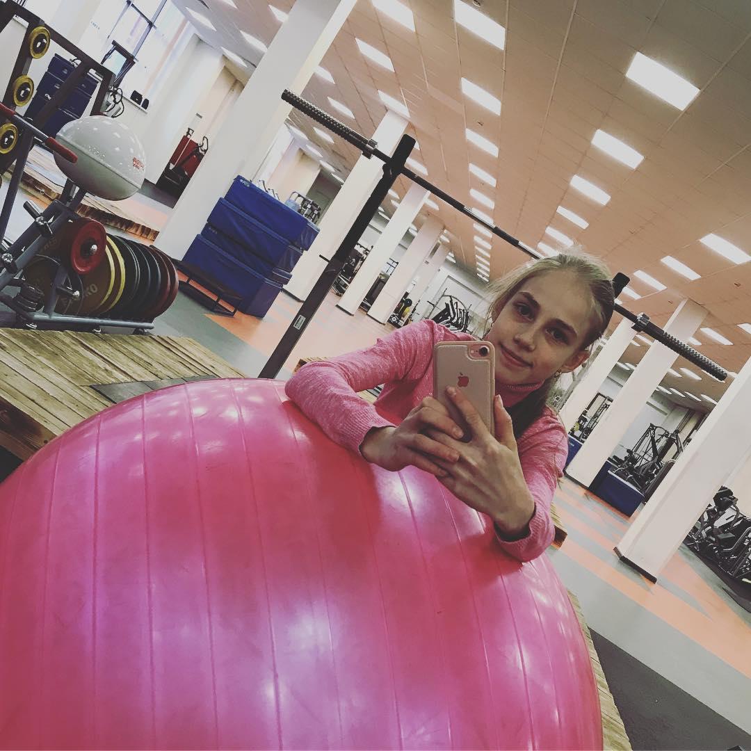 Розовый мяч Новогорска & Индивидуальный чемодан фигуриста - Страница 3 MjAi8JQ_0X8