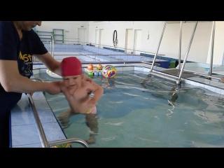 Стася 1,3 г. в бассейне