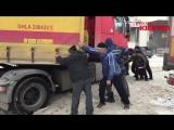 В Курске дальнобойщики руками вытолкали застрявшую фуру