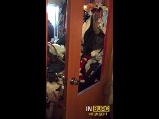 Чистят квартиру в присутствии полиции