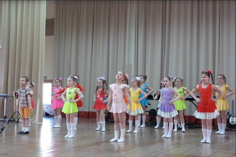 Концерт в честь 8 Марта прошел в школе на Новгородской