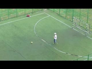Шумный футбол, футболист нарушает закон тишины на футбольном площадке