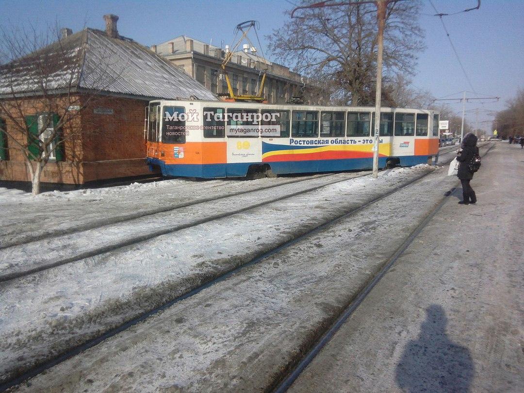 В Таганроге в районе НИИ Связи трамвай №5 сошел с рельсов и зацепил частный дом