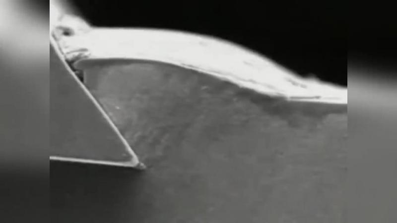 Точение металла с наростом на резце в замедленной макросъемке