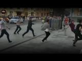 Такси сбилопешеходов вцентре Москвы