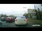 В Челябинске щит упал на женщину с ребенком
