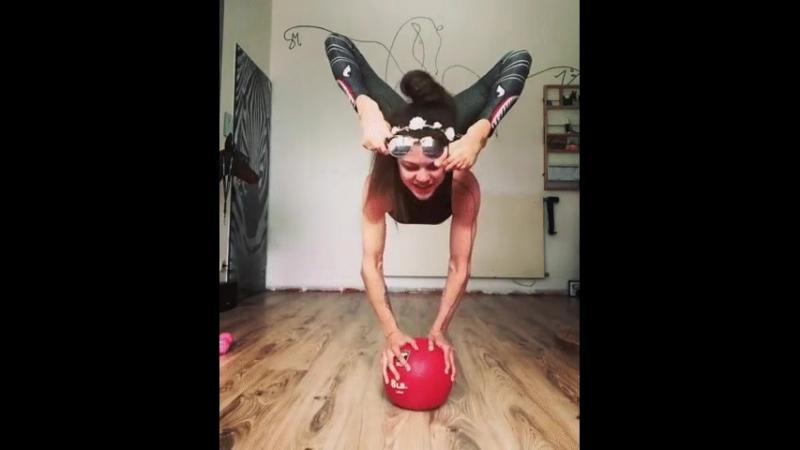 Девочка-гимнастка творит чудеса!