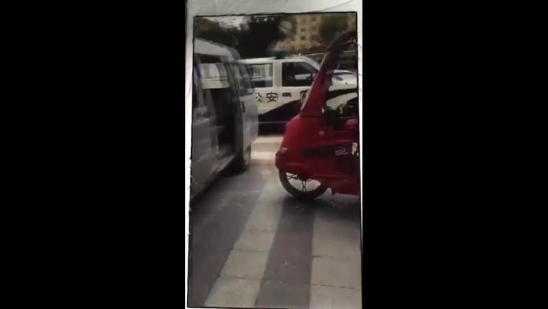 这残疾人司机是条汉子! 被城管包围,走投无路! 三轮车砸掉烧掉也不给你们!