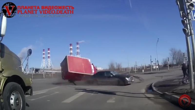 Жёсткая авария на перекрестке crash at an intersection