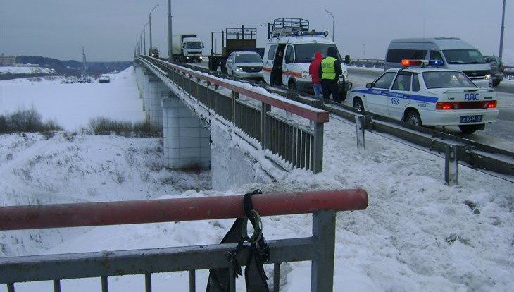 СК возбудил дело по факту падения мужчины и женщины с моста в Томске