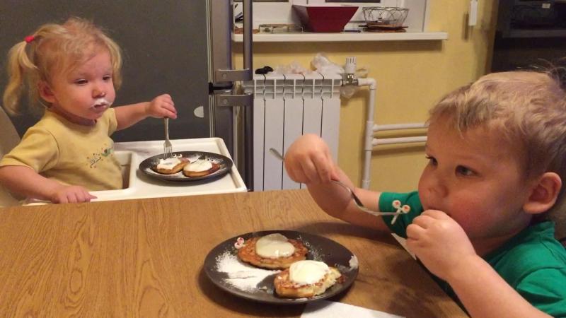 Дети хомячат сырники с глазами