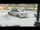 CARRO POLICIA ATASCADO EN NIEVE DE NEW YORK