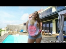 liza del sierra in tight jeans shorts posing poolside
