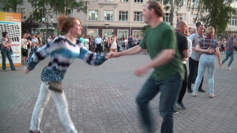 Элис отдыхает танцуя Опен-эйр на набережной в Перми.