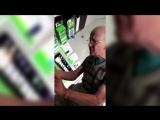 Дедушка впервые в жизни взял в руки мобильник