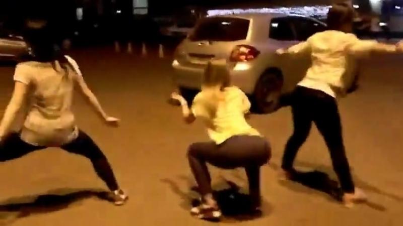 три русские девушки красиво двигают попками