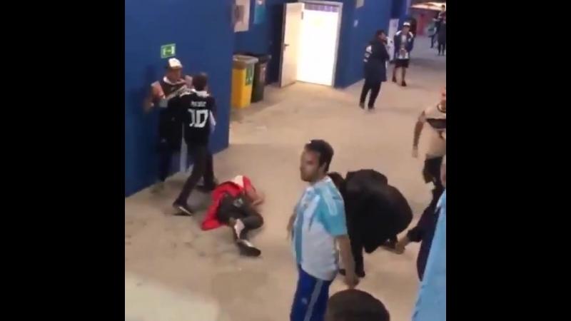 У аргентинцев не только футболисты грязно играют, но и фанаты такие же отморозки. Вот так они вчера стаей накинулись на хорватск