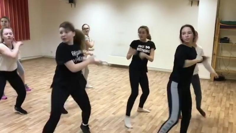 Самые крутые девчонки танцуют у нас в студии😜  И так мы отжигаем на каждом занятие, ведь если танцевать, то на все 💯 душой и тел