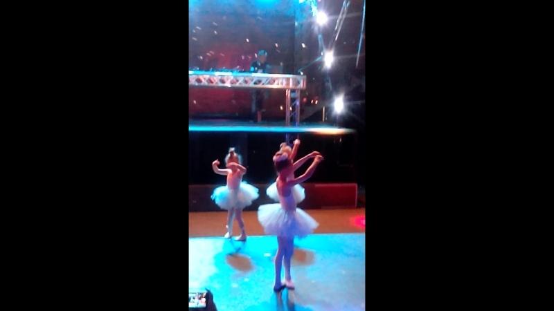 Отчетный танец маленьких балерин