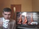 Владимир с восхищением слушает музыкальный каналБридж-ТВ.