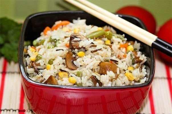 Невероятно вкусный рис с овощами и грибами.